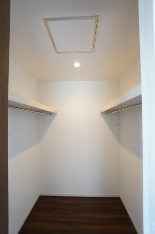 2階8帖 WIC 棚もありますのでバックや小物の収納もできます。