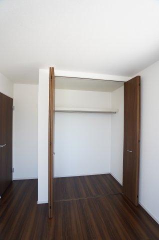 2階6.5帖 収納棚やパイプハンガーがあるので、普段よく着るお洋服やバッグを収納できます。