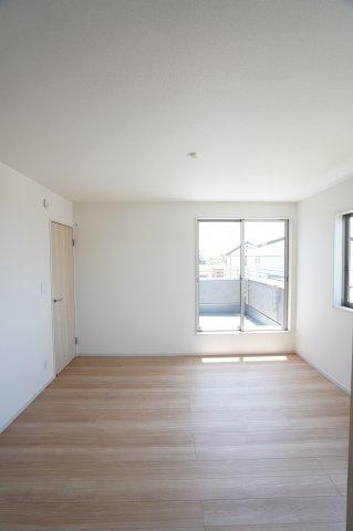 2階8帖 バルコニーがあるお部屋です。大きな窓から明るい光が差し込みます。