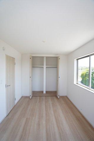 2階6帖 収納棚やパイプハンガーがあるので、普段よく着るお洋服やバッグを収納できます。