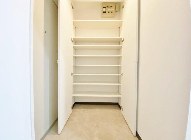 玄関にはご家族皆様の靴をしっかり収納できる大型シューズボックスを完備 玄関回りをスッキリご利用いただけます