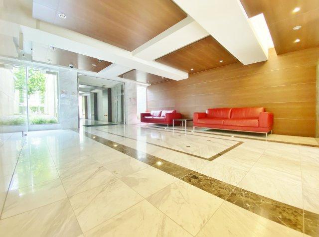 落ち着いた雰囲気のエントランスホール ソファーを備えたラグジョアリーな空間です