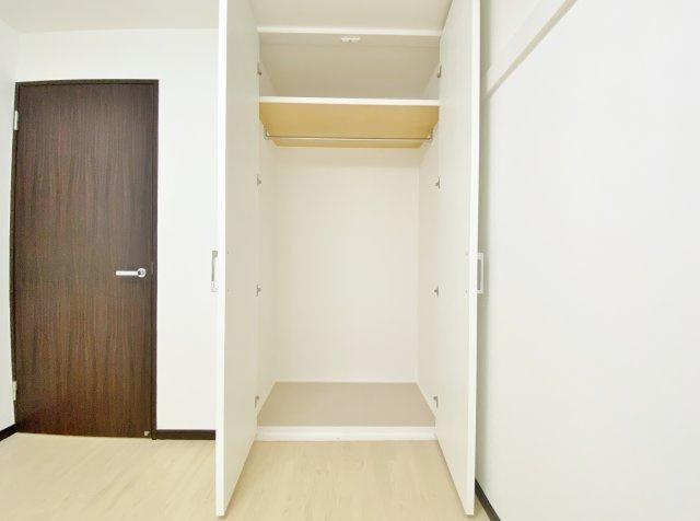 洋室5.2帖 奥行きがありたっぷりと収納可能なクローゼットを完備