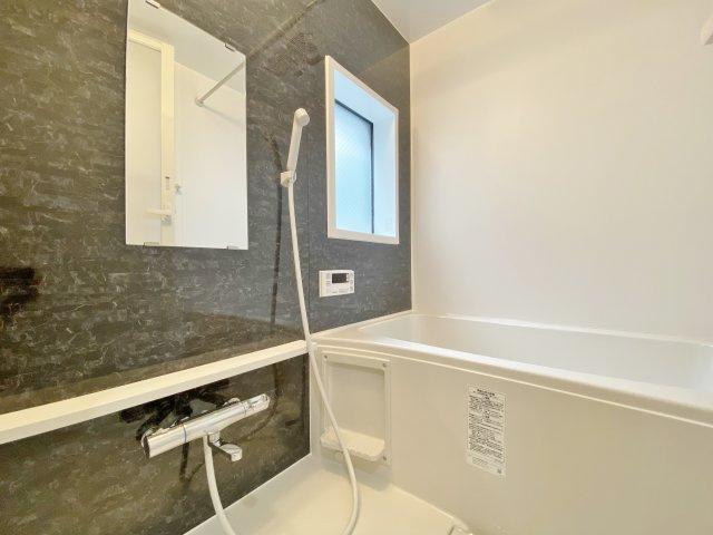 シックな色合いで落ち着きのある浴室 新規交換済み 窓付きの浴室 換気もでき光も入り快適です♪♪