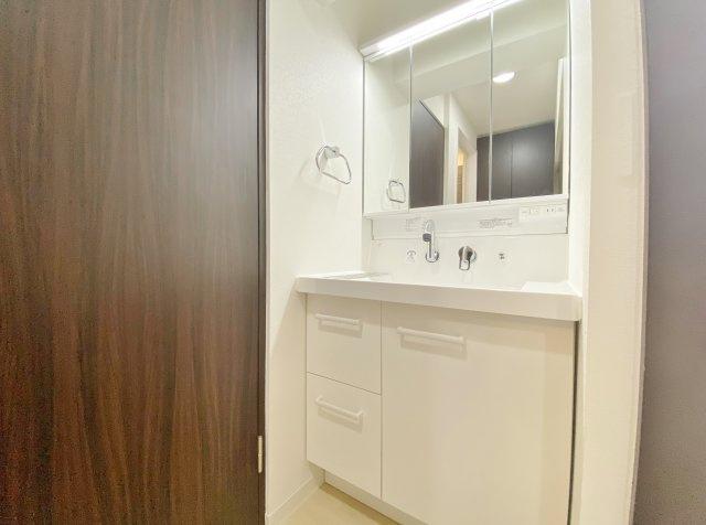 使い勝手の良い3面鏡洗面化粧台 キャビネットには収納もしっかりございます