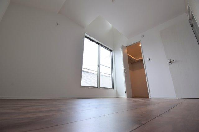 約6帖の洋室。こちらのお部屋にはウォークインクローゼットがございます。全居室収納完備です。