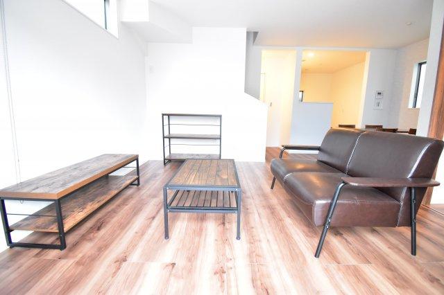 南からの陽光が差し込み暖かく明るいリビング。家具の配置もしやすい間取り。