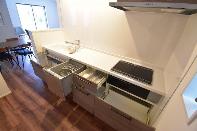 食洗器付きのシステムキッチン。オール電化住宅なので光熱費も節約に。