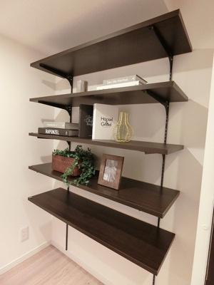 後ろの吊戸棚は本などの整頓も出来ますね。