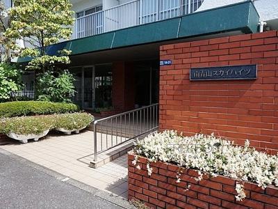 マンション敷地の入口です。管理の行き届いたマンションです。