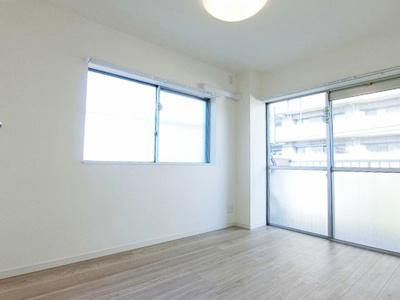 2面採光のお部屋は風通しが良く明るく開放感があります。
