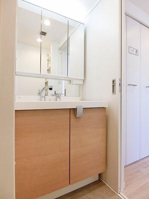 収納付きの独立洗面台で水回りもスッキリまとめられそうです。