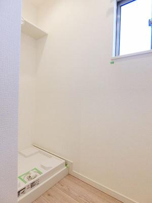 洗濯機置き場の上部は小窓があり、採光・換気ができるのは嬉しいですね。