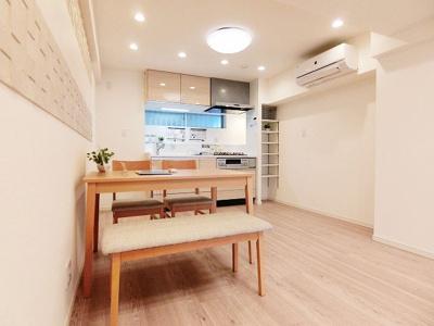 エアコン新規設置済みの快適なLDK、キッチンには小窓も有り換気もできます。