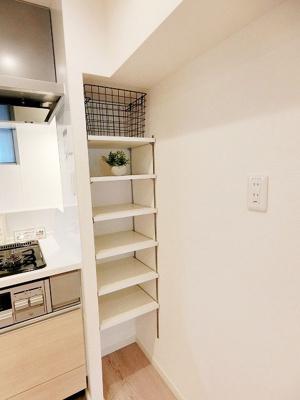 キッチン横にはパントリー付き、食器や調味料など小物の収納に便利です。