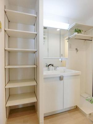 洗面室にはリネン類がたっぷり収まる可動棚がございます。