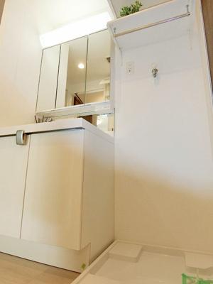 棚付の洗濯機置き場、清潔感あふれる水廻りですね。