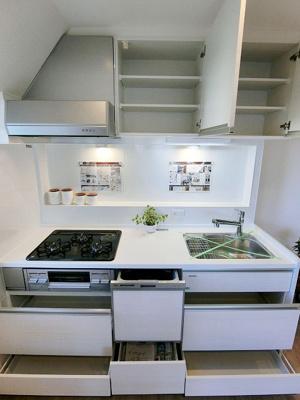 吊戸棚など収納たっぷり、調理器具や食器がしっかり収まります。