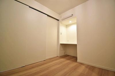 約4.2帖の洋室にはカウンターが設置されており、スペースを有効活用できます。