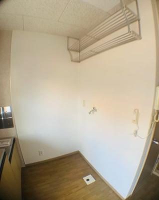 キッチンの対面壁に棚が。あると嬉しい収納です。