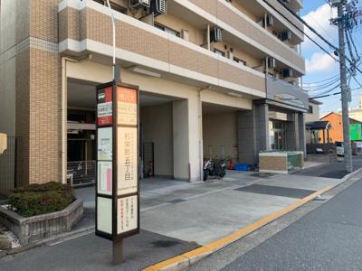 目の前はバス停です。