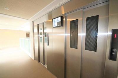 エレベーターも複数台あり移動もスムーズ。