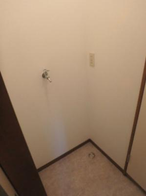 脱衣所にある室内洗濯機置き場です♪室内に置けるので洗濯機が傷みにくい☆