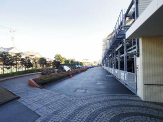 敷地内駐車場は2021年1月時点で空きがあります。利用料は8,000~14,000/月となります