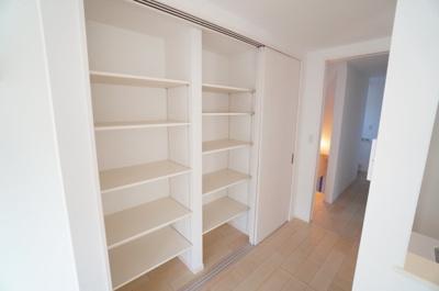 キッチン横の3枚引き戸で区切られる 食品収納庫。 容量も多く、非常時の食料から日常に使うものまで。 1日の家事が出来るだけし易く設計されてます。