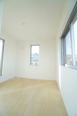 【2F南側洋室約5.29帖】 3面採光と、メインバルコニーへ出られるこの居室は、 まるで陽だまりの中に居るよう。 主寝室としても良し、子供部屋としてもよし。 使い勝手の良い程よい広さです。