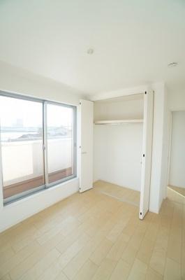 【2F北側洋室約5.29帖】 居室にはクローゼットを完備し、 自由度の高い家具の配置が叶うシンプルな空間です。 お子様の成長と必要になる子供部屋にするには ぴったりの間取りですね。