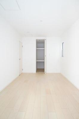 【1F洋室約7.5帖】 約2帖程のウォークインクローゼットを 擁するこの居室は、主寝室としてもご利用頂ける広さがあり、 大型の家具を置くなど使い勝手も良いです。