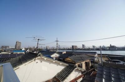 【本川に面する】 バルコニーからの眺望は、どこまでも抜けそうな青い空と 本川の眺望。 宇品の花火大会がどの様に見えるか楽しみです!!