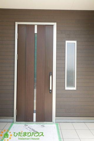 落ち着いた色合いの玄関先。