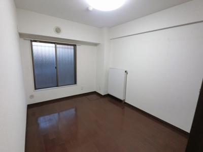 5.6帖の洋室です。 子供部屋やワークスペースとしても活用できます。
