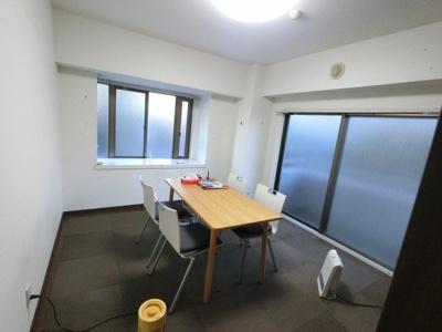7.7帖の洋室は主寝室にいかがでしょうか。 2面採光で風通し◎です。