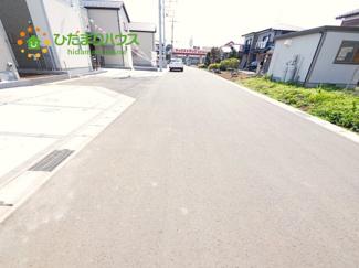 駐車もしやすい広い道路です。