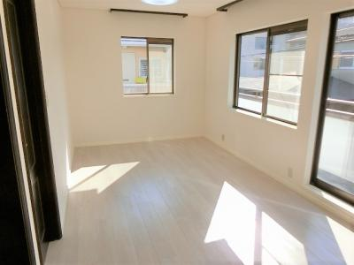 【現地写真】リビング以外の居室、豊富な収納も魅力の一つです♪