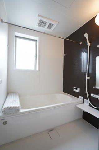 浴室乾燥暖房機のついたお風呂です。広いお風呂は毎日のバスタイムが楽しくなりそうですね。