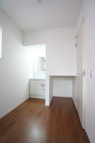 広い脱衣室で洗面所横に収納スペースがあります。