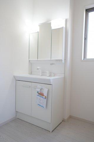 3面鏡化粧台は朝の準備が快適にできますよ。鏡裏に小物を収納できます。