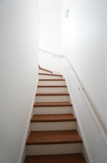 手すりのある階段で安心です。