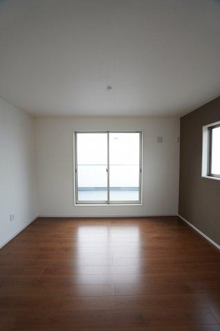 アクセントクロスがおしゃれな寝室です。2つ窓があり陽当たりと風通しの良いお部屋です。