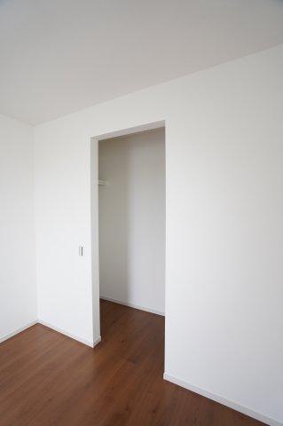 扉のないWICは出し入れしやすくたくさん収納できるので、お部屋がすっきりと片付きます。