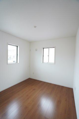 5.2帖の子供部屋も明るいお部屋です。白壁に木目調のフローリングがおしゃれなお部屋ですね。