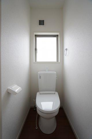 窓のある明るい2階トイレです。
