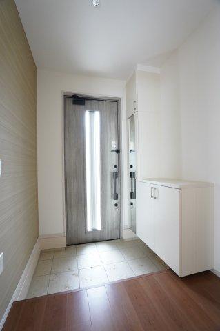 玄関ドアから採光の入る明るい玄関です。玄関収納に鏡がついているのでお出かけ前の全身チェックができますよ。