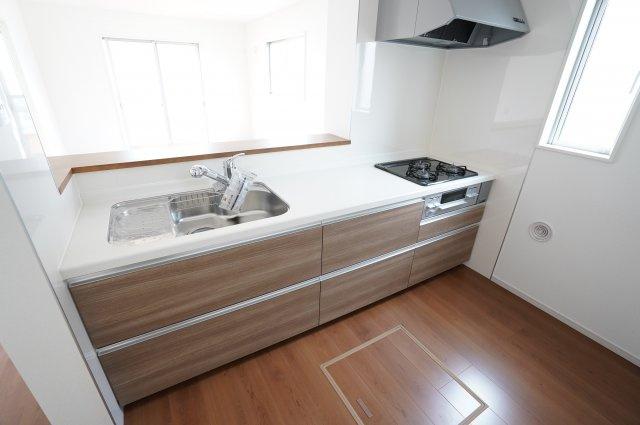 広く使いやすいシステムキッチンです。床下収納もあり便利ですね。