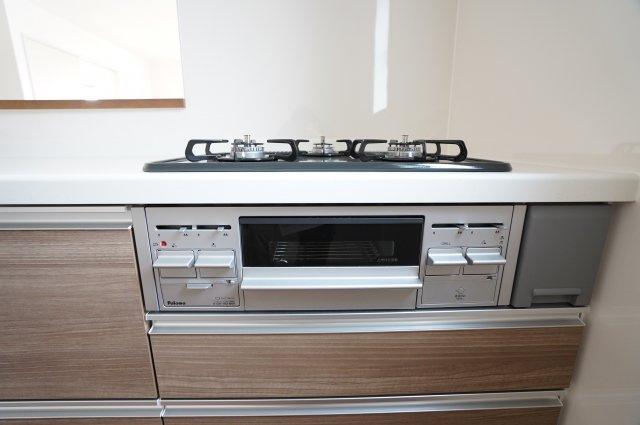 グリル付きのガス台は3つ口コンロで朝の忙しいお弁当作りの時も便利です。