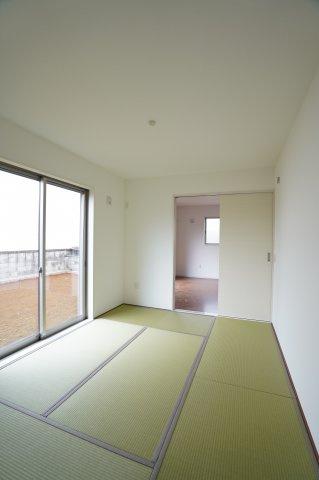 6.5帖の広い和室は南向きであたたかい光が差込みお昼寝も気持ち良くできそうですね。アイロンがけなどの家事をするお部屋にも使えますね。